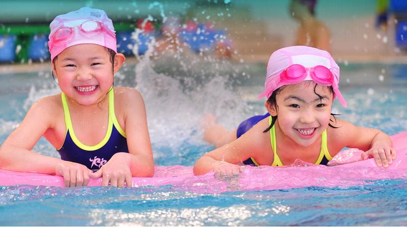 Bơi lội giúp tiêu hoa calo, tăng cường trao đổi chất giúp trẻ săn chắc hơn. Ảnh: