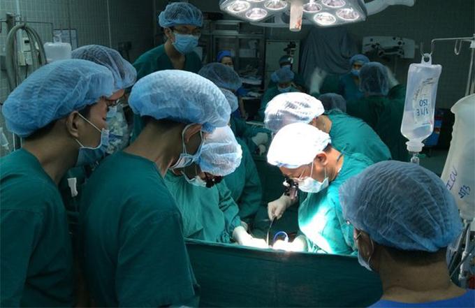 Các bác sĩ Chợ Rẫy thực hiện một ca ghép thận. Ảnh do bệnh viện cung cấp.
