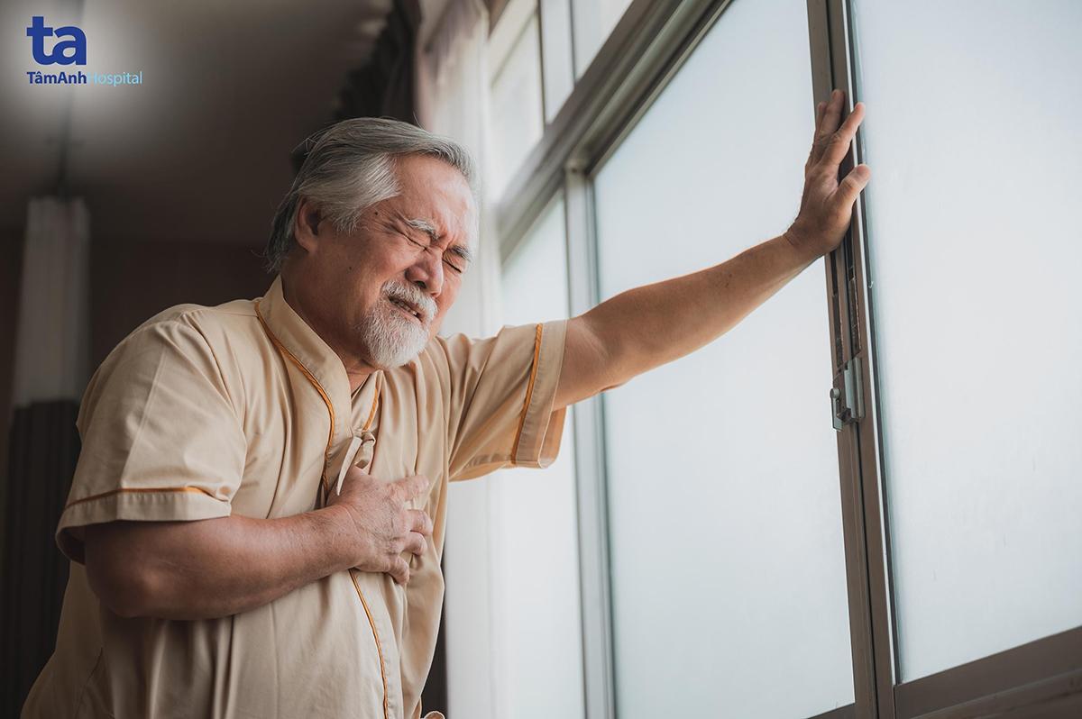 Người lớn tuổi, nhất là người có bệnh nền mãn tính dễ gặp nguy hiểm do bệnh tim nếu không điều trị kịp thời, đúng cách.