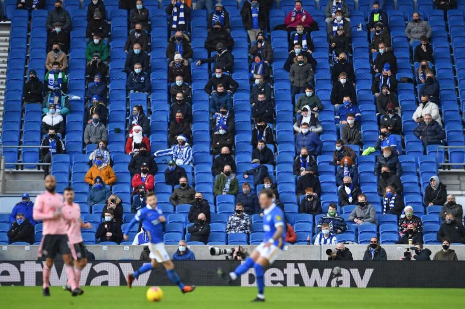 Các cổ động viên ngồi giãn cách để xem Giải Ngoại hạng Anh, diễn ra tại Sân vận động American Express Community ở Brighton. Ảnh: AFP