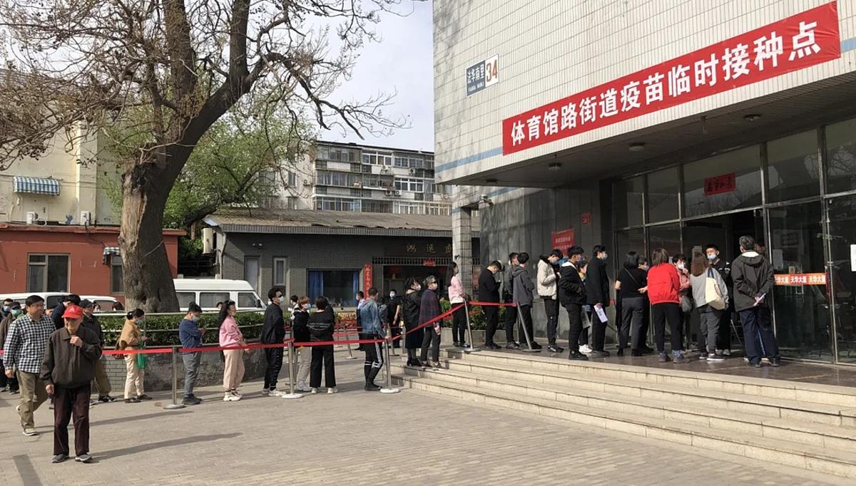 Người dân Trung Quốc xếp hàng tiêm vaccine Covid-19 tại một cơ sở y tế. Ảnh: SCMP