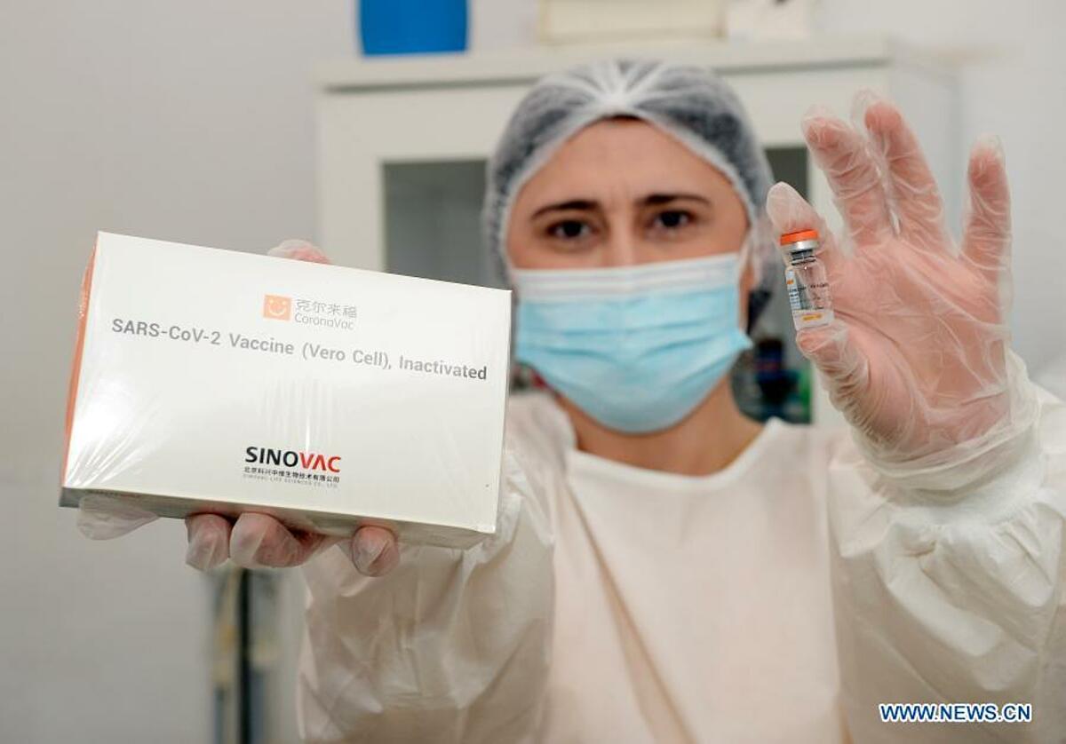 Nhân viên y tế tại một bệnh viện ở Azerbaijan cầm vaccine Covid-19 của hãng dược SinoVac, Trung Quốc, ngày 18/1. Ảnh: Xinhua