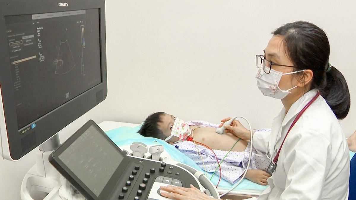 Siêu âm tầm soát bệnh tim bẩm sinh cho trẻ em.