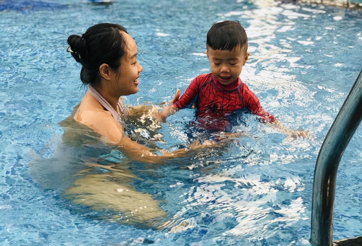 Trẻ nên bơi trong sự giám sát của cha mẹ. Ảnh: Lê Cầm