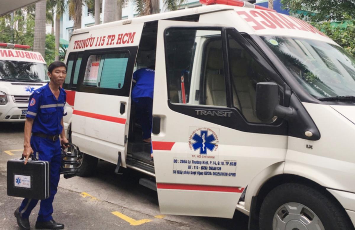 Nhân viên cấp cứu ngoại viện Trung tâm Cấp cứu 115 chuẩn bị lên xe cứu thương tiếp nhận một bệnh nhân có dấu hiệu đột quỵ. Ảnh: Thư Anh.