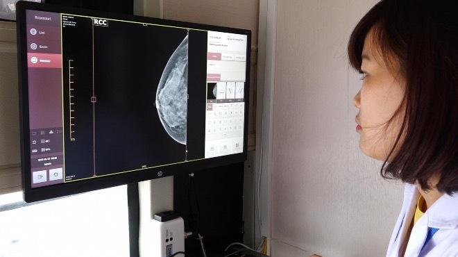 Phụ nữ Việt được khuyến cáo nên đi tầm soát ung thư vú sớm. Ảnh:Lê Nga.