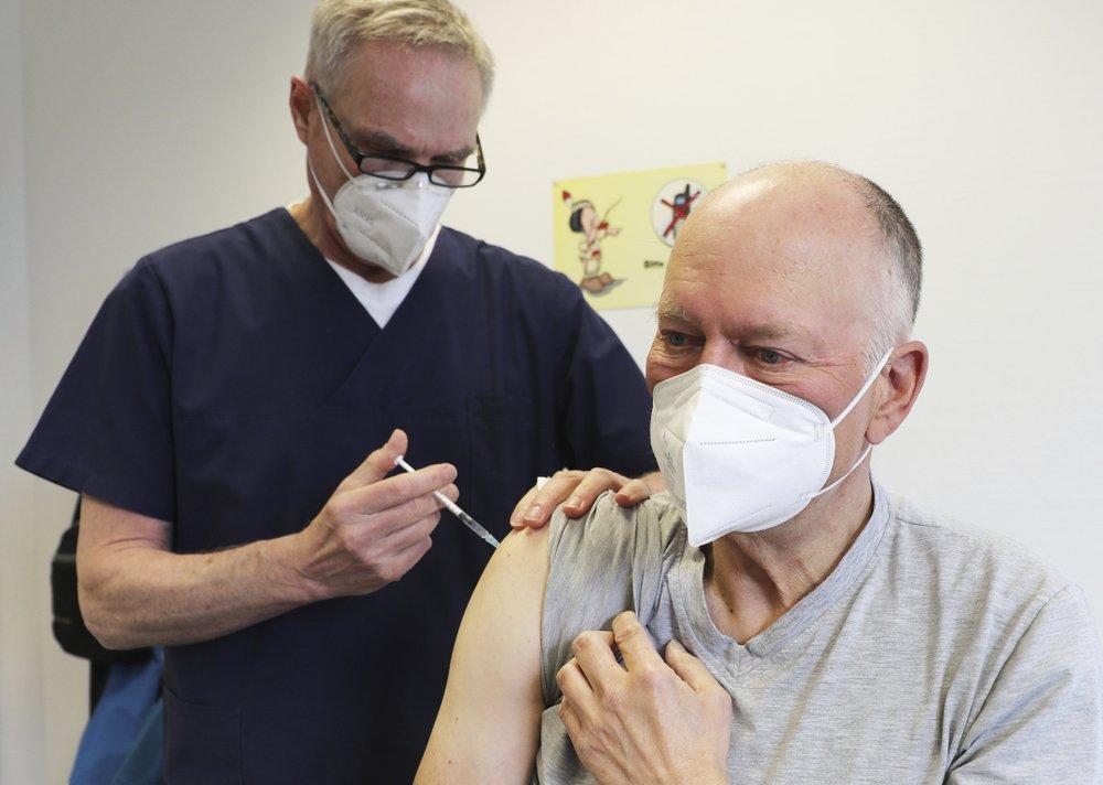 Một người đàn ông Đức được tiêm vaccine AstraZeneca ngày 6/4. Ảnh: AP.