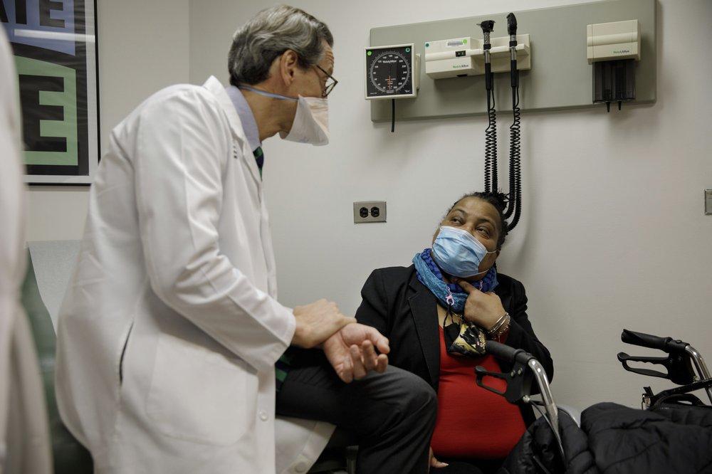 Cô Sonia Sein trò chuyện cùng bác sĩ Eric Genden, người đứng đầu kíp mổ. Ảnh: AP News.