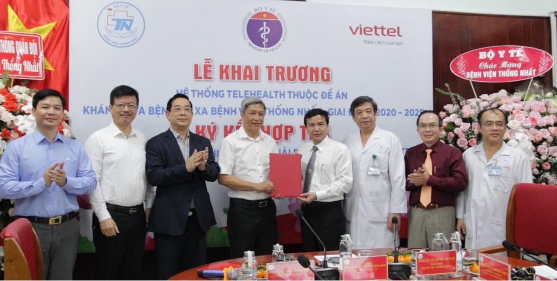 Thứ trưởng Nguyễn Trường Sơn trao quyết định cho Giám đốc Bệnh viện Thống nhất về việc đưa vào hoạt động Trung tâm Khám chữa bệnh từ xa. Ảnh: Lê Cầm