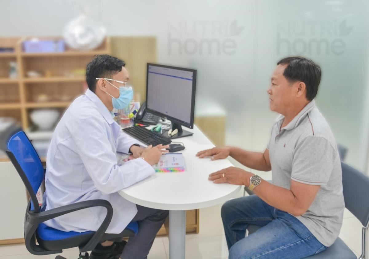 Anh Bá Tùng lắng nghe bác sĩ tại Nutrihome tư vấn chế độ dinh dưỡng khoa học, đúng cách giúp anh cải thiện tình trạng bệnh. Ảnh: Nutrihome