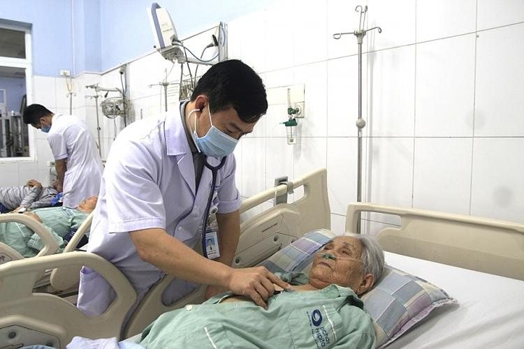 Bác sĩ thăm khám cho người bệnh. Ảnh: Bệnh viện cung cấp