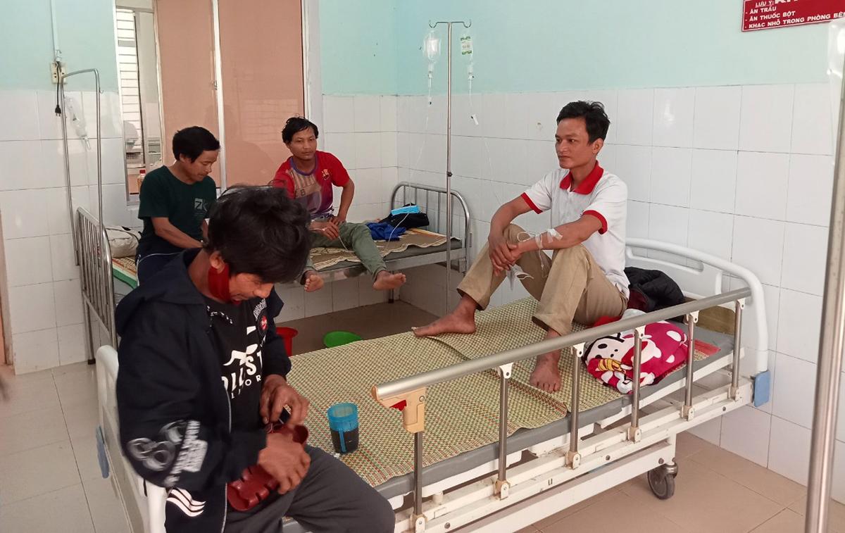 Bốn người đang điều trị ở Trung tâm y tế huyện Nam Trà My. Ảnh: Đắc Thành.