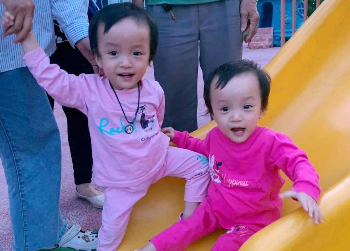 Hai chị em đi chơi cầu trượt trong khuân viên Bệnh viện Nhi đồng Thành phố trước ca mổ đóng hậu môn tạm của Diệu Nhi. Gia đình cung cấp.