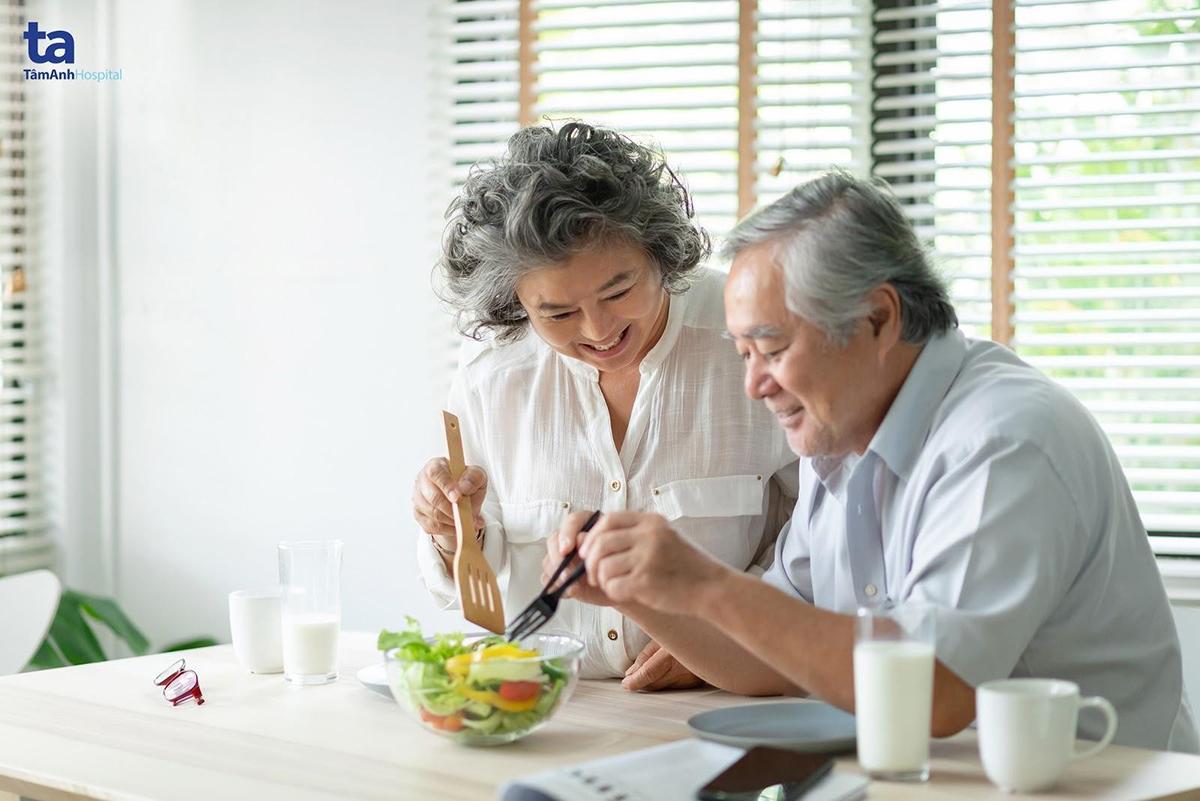 Chế độ ăn cân đối, giàu dinh dưỡng có lợi cho bệnh nhân mắc bệnh lý tim mạch.