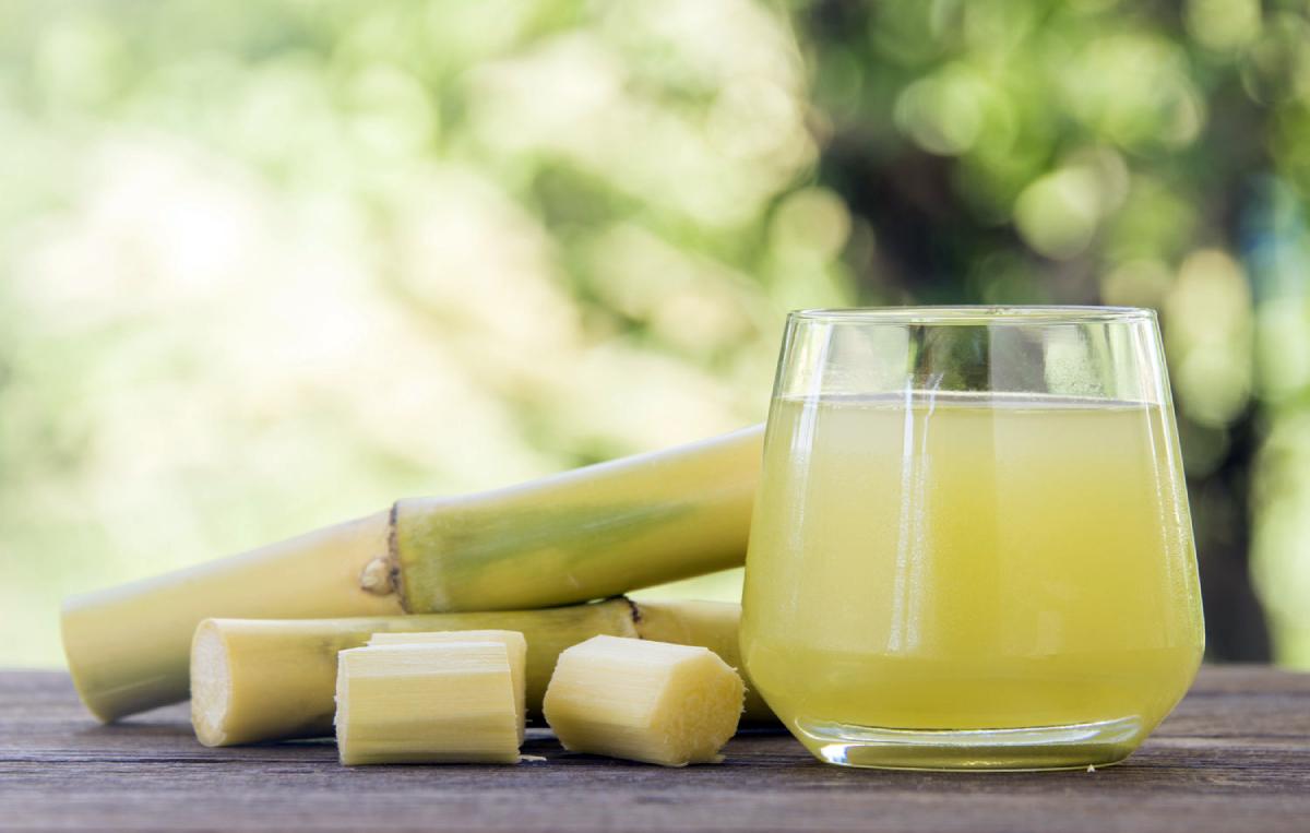 Uống nước mía, nước trái cây, nước sắn dây pha loãng... là mẹo trị say nắng hiệu quả tức thì. Ảnh: Sugarcaneisl.
