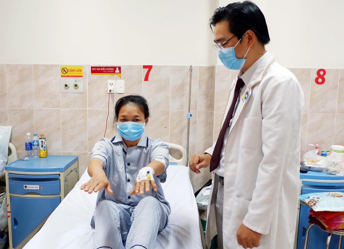 Bác sĩ Dương kiểm tra chức năng vận động cho bệnh nhân hàng ngày. Ảnh: Bệnh viện cung cấp.