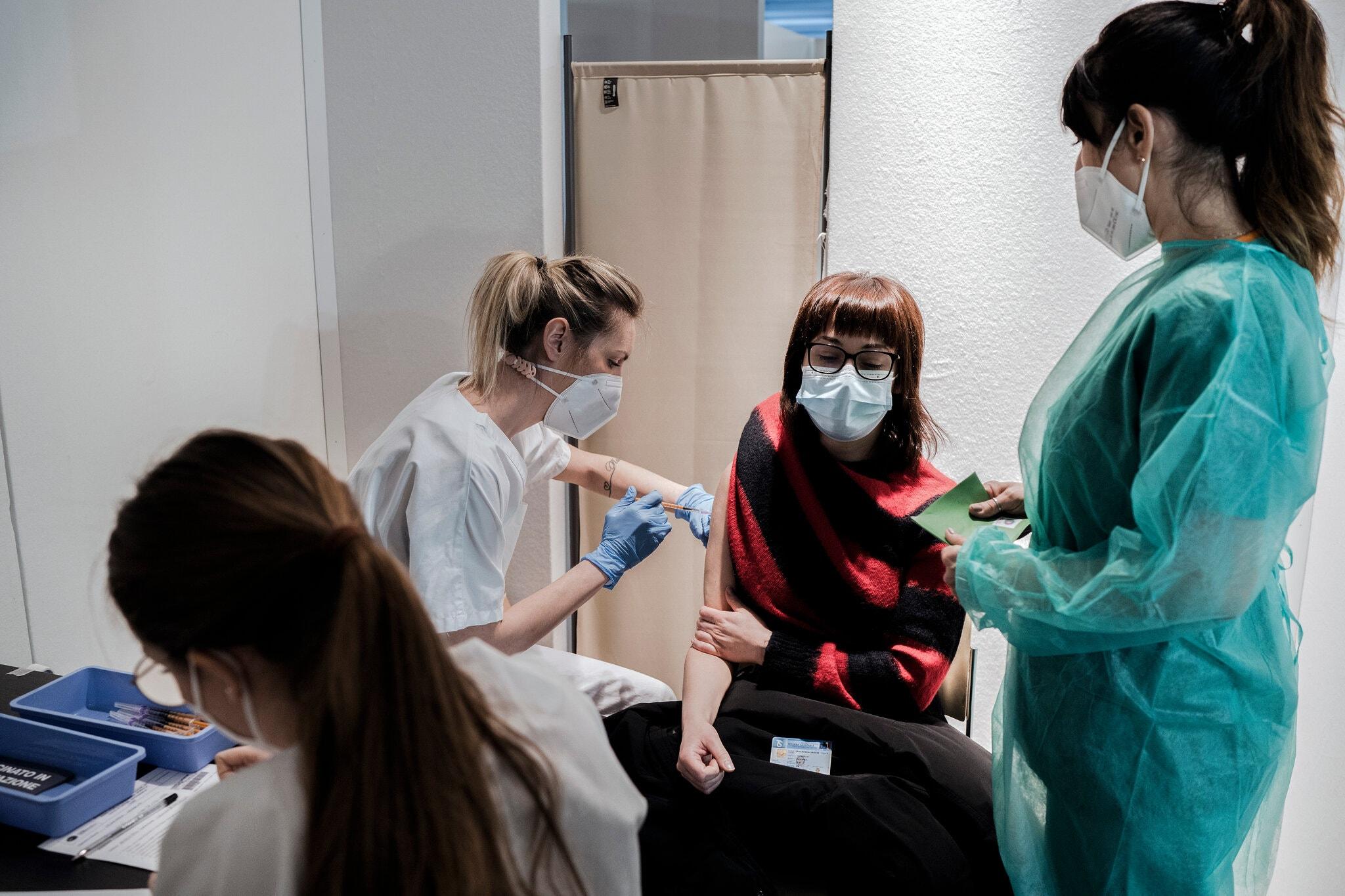 Một phụ nữ được tiêm vaccine AstraZeneca ở Milan, ngày 22/3. Ảnh: NY Times