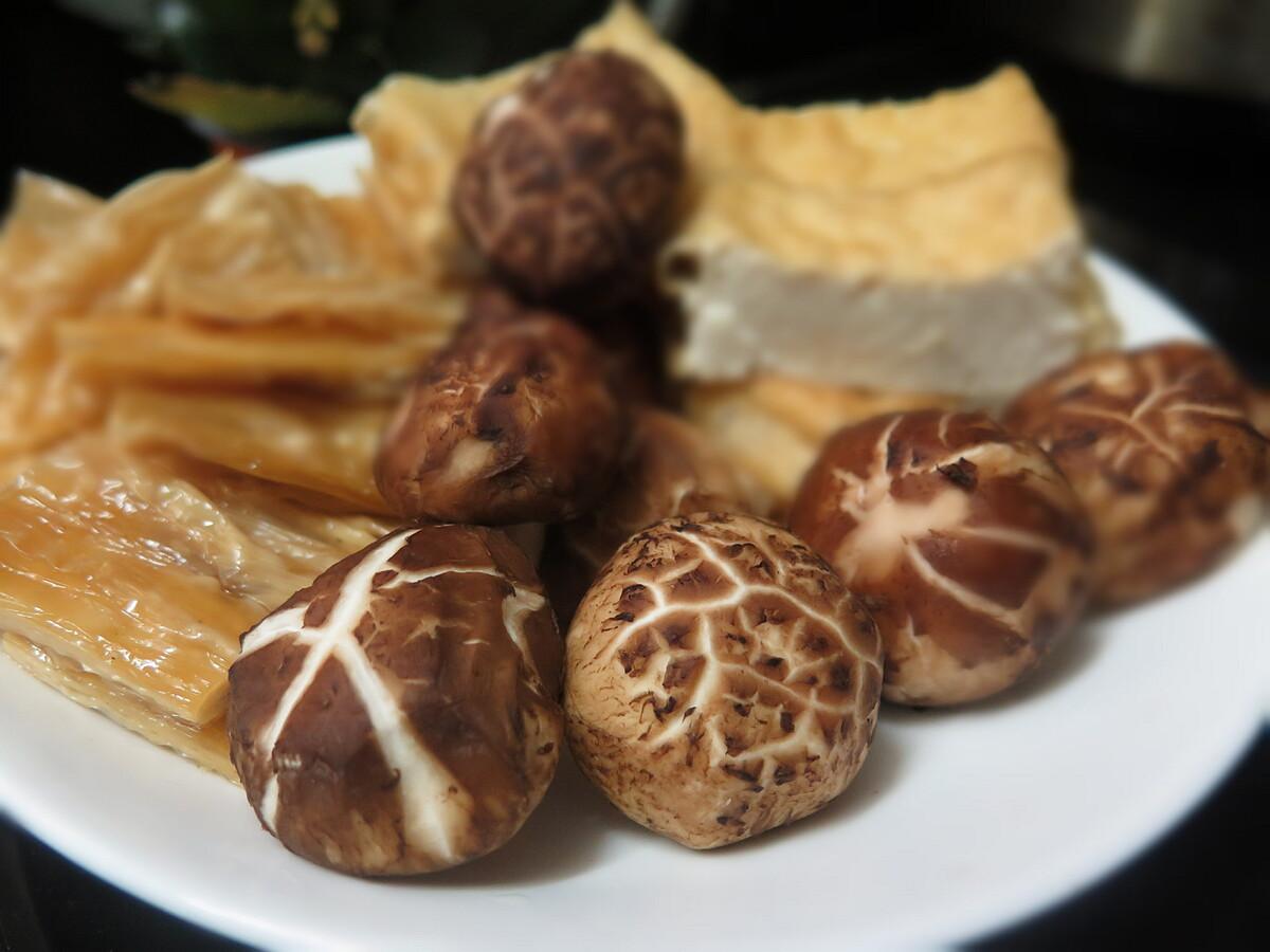 Có thể thực hiện món tiềm thuốc bắc chay với nấm, tàu hũ ky, đậu hũ chiên. Ảnh: Mộc Nguyên.