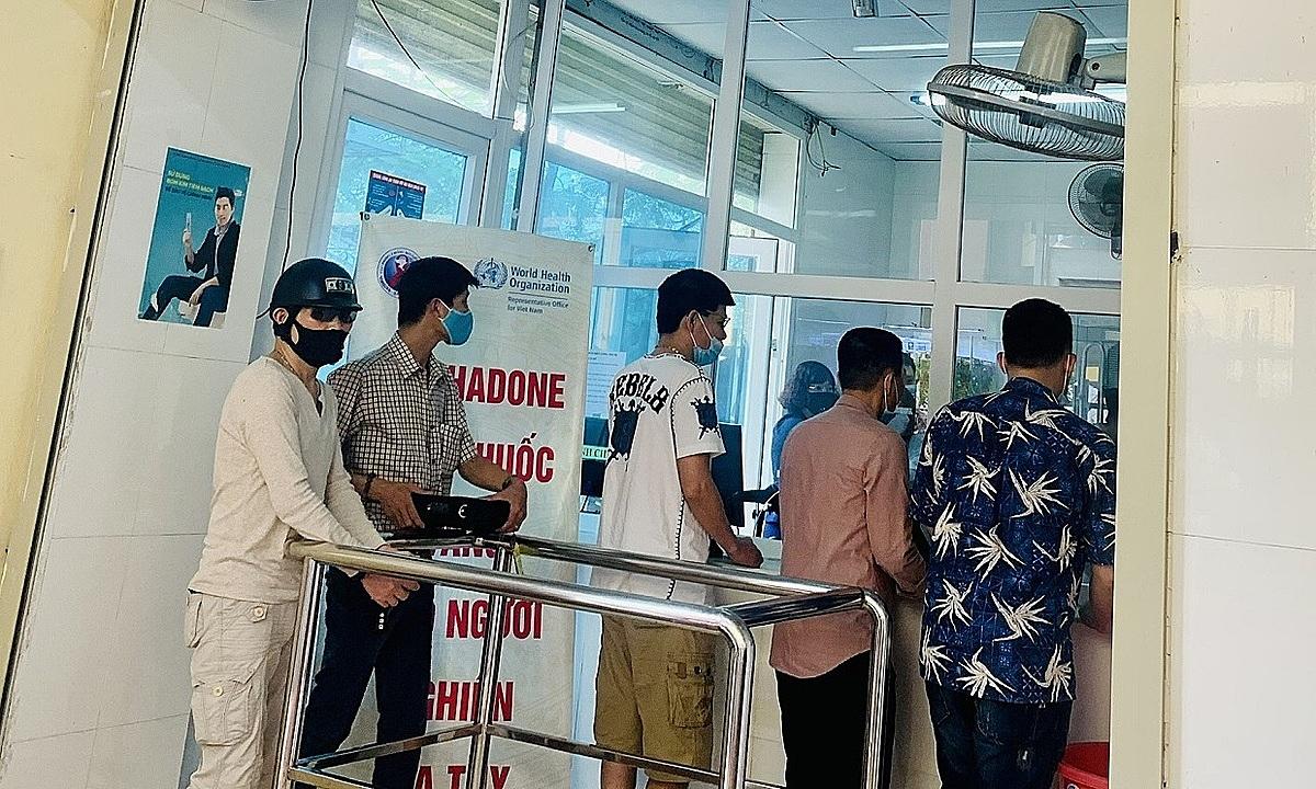 Những bệnh nhân được trao thuốc methadone mang về nhà tại Hải Phòng. Ảnh: Vacc.