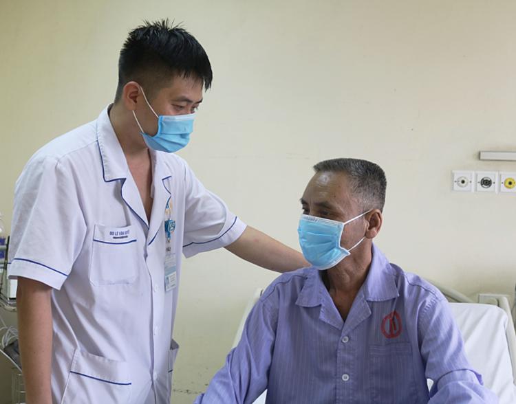Bác sĩ thăm khám cho bệnh nhân. Ảnh: Bệnh viện cung cấp
