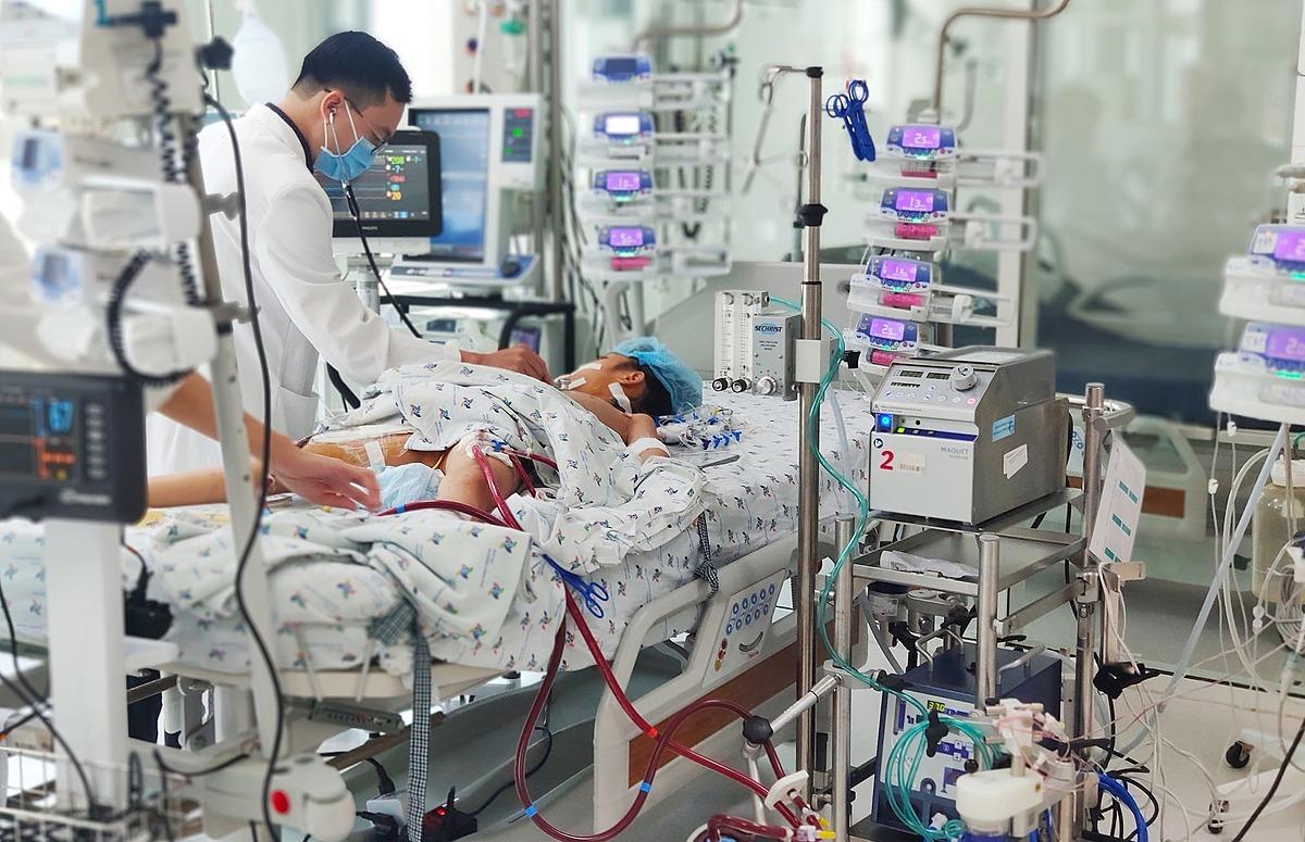 Bé gái 9 tuổi phải nhờ đến sự hỗ trợ của ECMO và nhiều phương tiện hiện đại. Ảnh bệnh viện cung cấp.