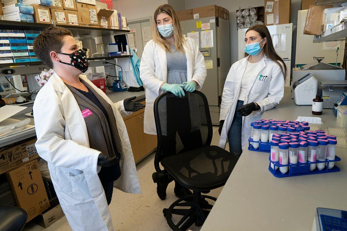 Rebecca Powell (trái) và nhóm nghiên cứu thu thập mẫu sữa mẹ để phân tích tại  Trường Y Icahn ở Mount Sinai. Ảnh: NY Times