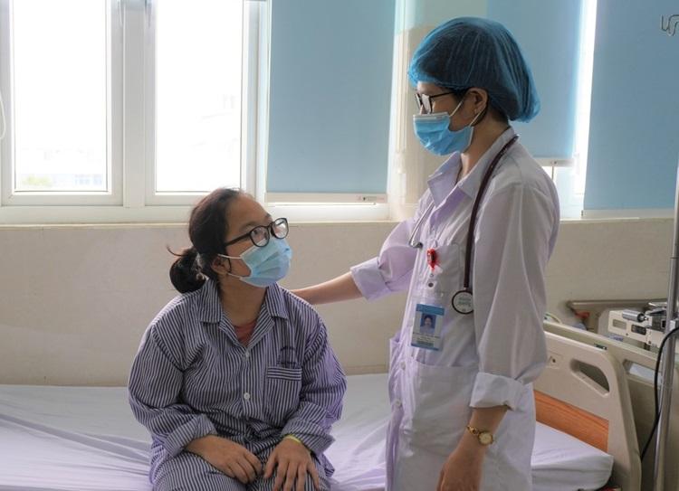 Bác sĩ thăm khám bệnh nhân. Ảnh: Bệnh viện cung cấp