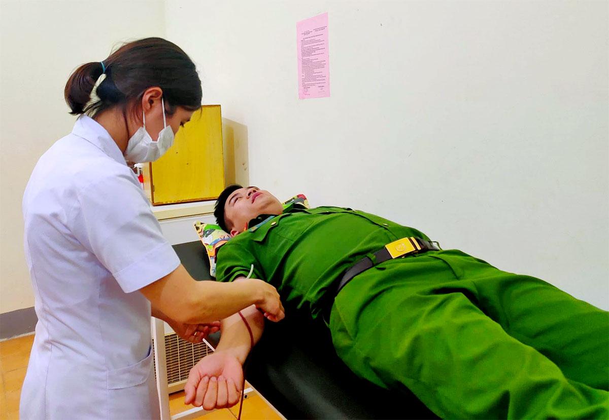 Trung úy Lực hiến máu, tối 12/4. Ảnh: Hùng Lê