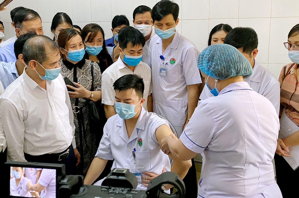 Việc tiêm vaccine được chiếu qua camera để các cơ sở y tế trong tỉnh theo dõi, học tập. Ảnh: Đức Hùng