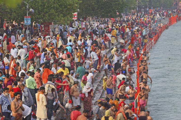 Khủng cảnh lễ hội tắm sông Hằng ở thành phố Haridwar, Ấn Độ ngày 12/4. Ảnh: AP.