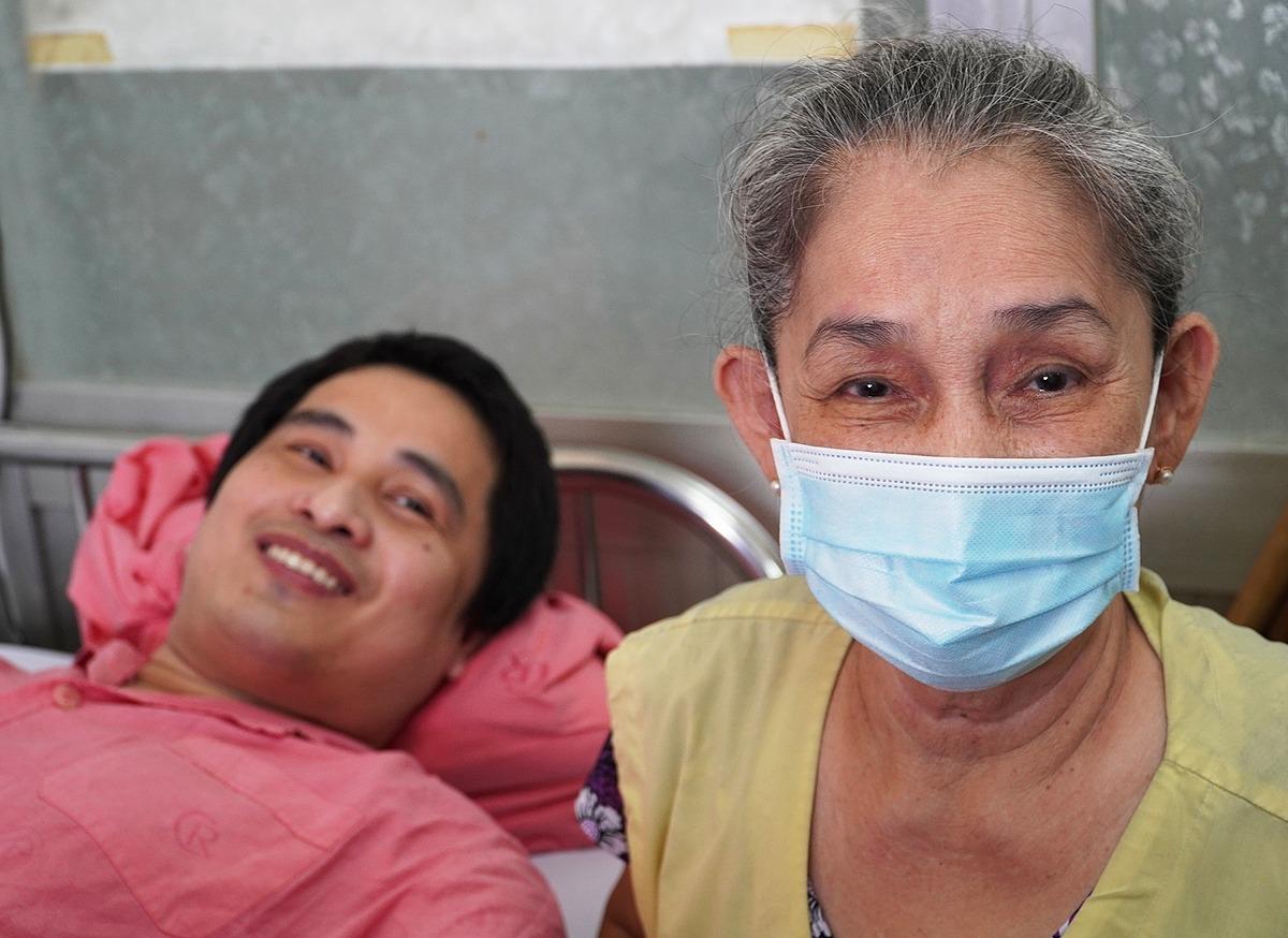 Bà Mai và con trai trước khi xuất viện. Ảnh: An Mỹ.