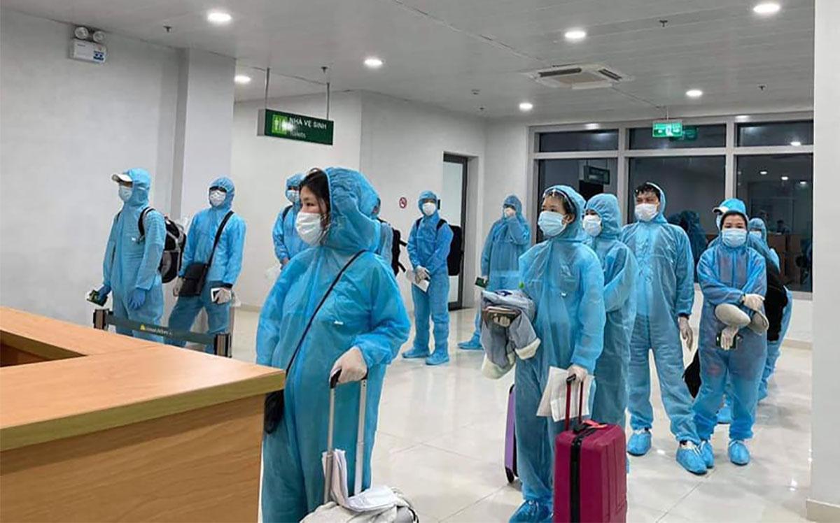 Các hành khách trên chuyến bay VJ7835 nhập cảnh cảng hàng không quốc tế Vinh, đêm 14/4.