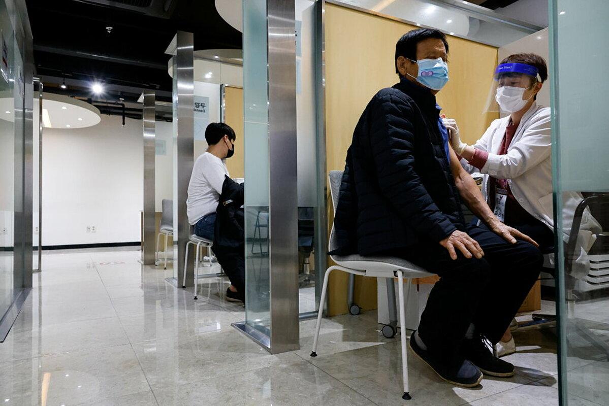 Người dân Hàn Quốc tiêm vaccine Covid-19, tháng 10/2020. Ảnh: Reuters