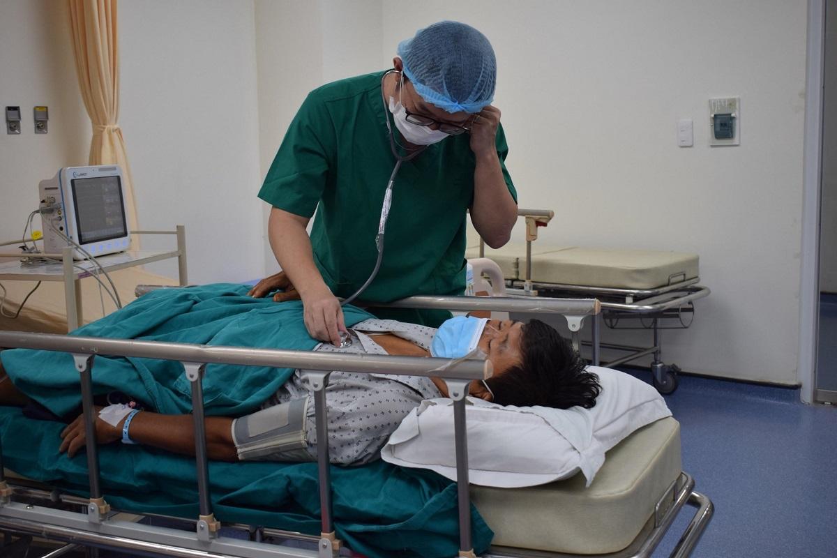 Bác sĩ thăm khám và thực hiện can thiệp mạch vành để cấp cứu cho một bệnh nhân đột quỵ tại Bệnh viện Đại học Shing Mark . Ảnh: Duy Anh
