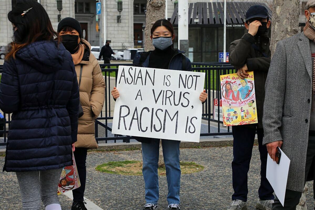 Người dân châu Á biểu tình chống nạn thù ghét, phân biệt chủng tộc. Ảnh: NY Times.