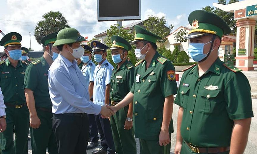 Bộ trưởng Y tế thăm và kiểm tra đồn biên phòng cửa khẩu Quốc tế Hà Tiên, ngày 18/4. Ảnh: Bộ Y tế.