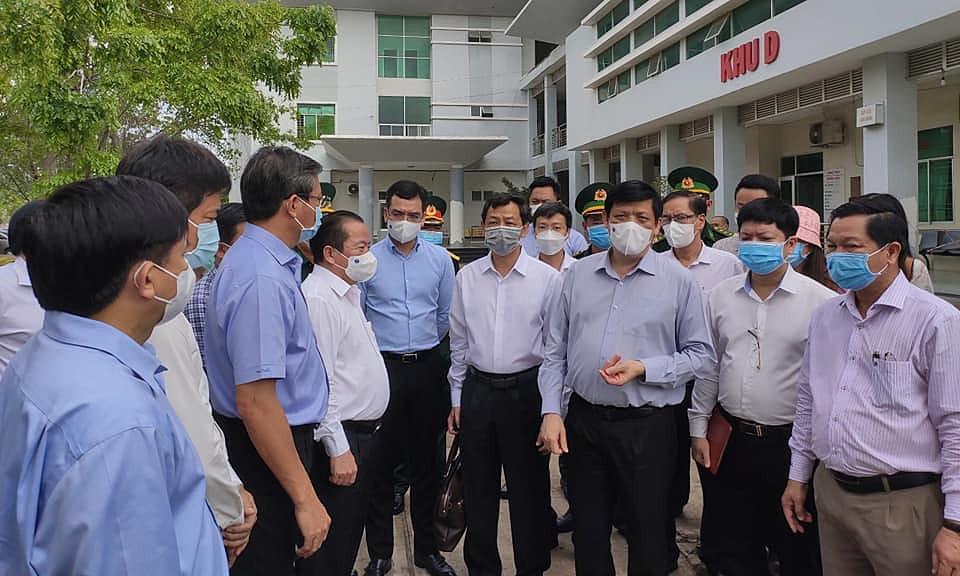 Bộ trưởng Y tế Nguyễn Thanh Long (thứu 3 từ phải) kiểm tra công tác phòng chống dịch ở Kiên Giang, ngày 18/4. Ảnh: Bộ Y tế.