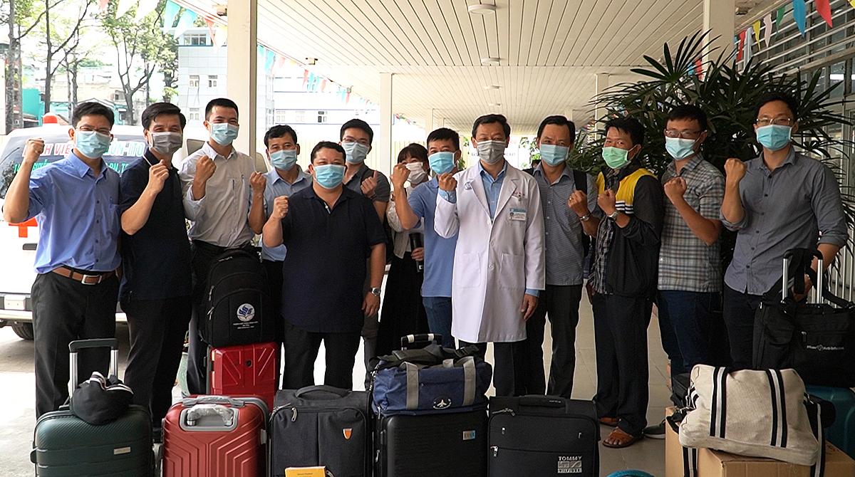 Tiến sĩ Nguyễn Tri Thức, Giám đốc Bệnh viện Chợ Rẫy (áo blouse trắng) cùng đội phản ứng nhanh trước giờ lên đường đến Kiên Giang. Ảnh do bệnh viện cung cấp.