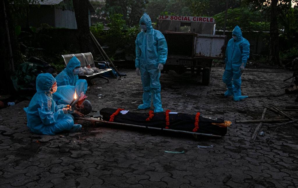 Một gia đình tại Gauhati làm lễ khâm liệm cho người thân qua đời vì Covid-19. Ảnh: AP