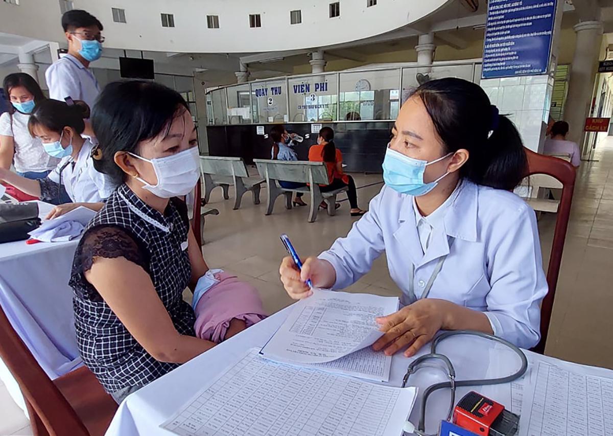 Nhân viên Y tế được tư vấn trước khi tiêm vaccine. Ảnh: Phước Tuấn