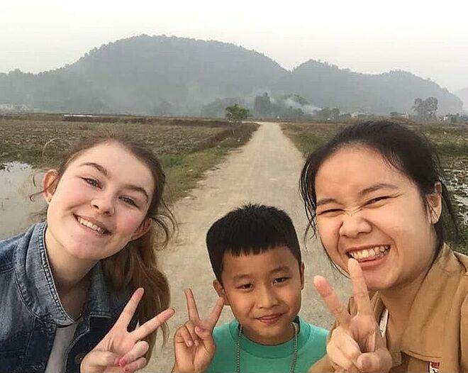 Rebecca Jennings (trái) với những người bạn ở tỉnh Thanh Hoá, năm 2019. Ảnh: Nhân vật cung cấp