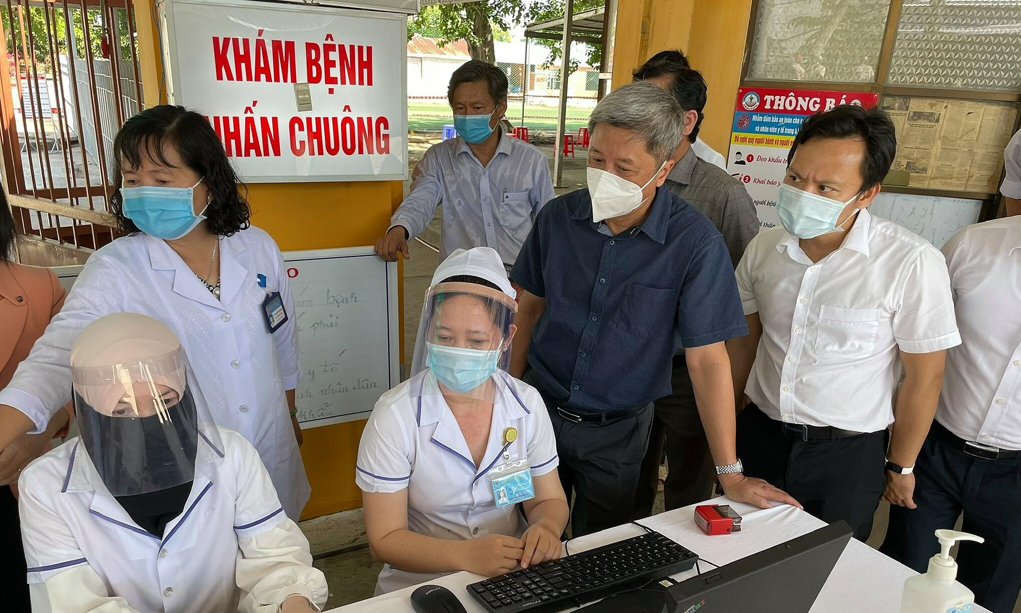Thứ trưởng Sơn (áo đen) kiểm tra công tác phòng chống dịch tại Trung tâm y tế huyện An Phú tỉnh An Giang. Ảnh: Tuấn Dũng.
