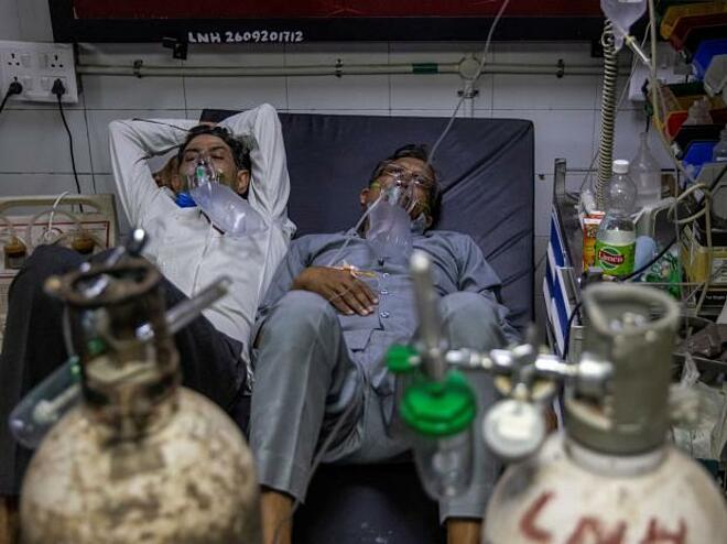 Người dân Ấn Độ điều trị Covid-19 tại bệnh viện Lok Nayak Jai Prakash. Ảnh: Reuters