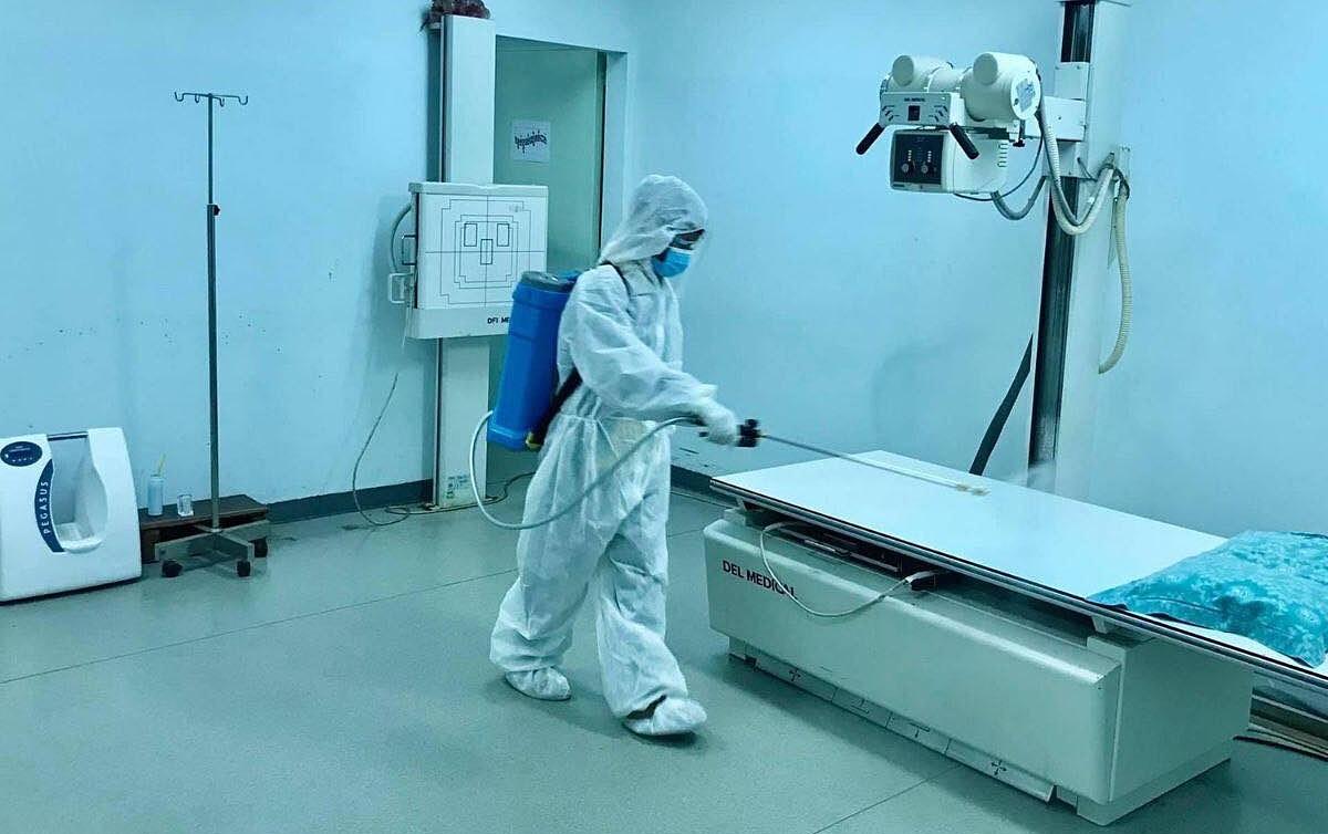Nhân viên y tế Bệnh viện Chợ Rẫy Phnom Penh phun xịt khử khuẩn ngừa Covid-19. Ảnh do bệnh viện cung cấp.