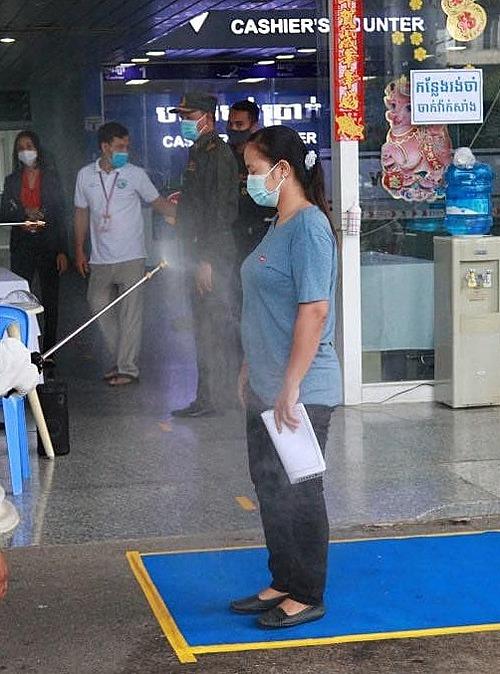 Khử khuẩn trước khi vào bệnh viện để phòng ngừa lây nhiễm Covid-19. Ảnh do bệnh viện cung cấp.