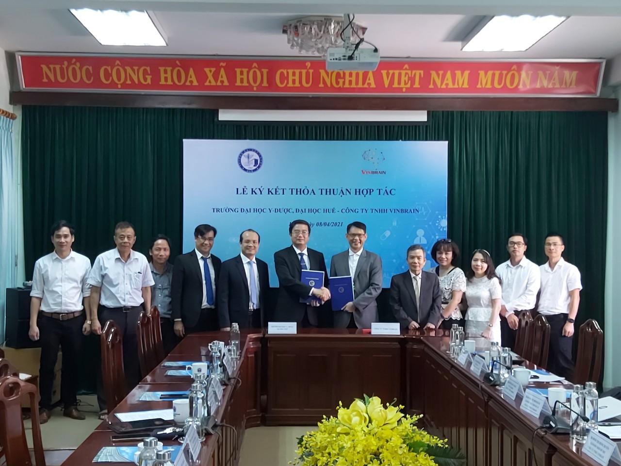 GS.TS. Nguyễn Vũ Quốc Huy, Hiệu trưởng Trường Đại học Y-Dược Huế và Ông Trương Quốc Hùng, Tổng Giám Đốc Công ty VinBrain ký kết Thỏa thuận Hợp tác