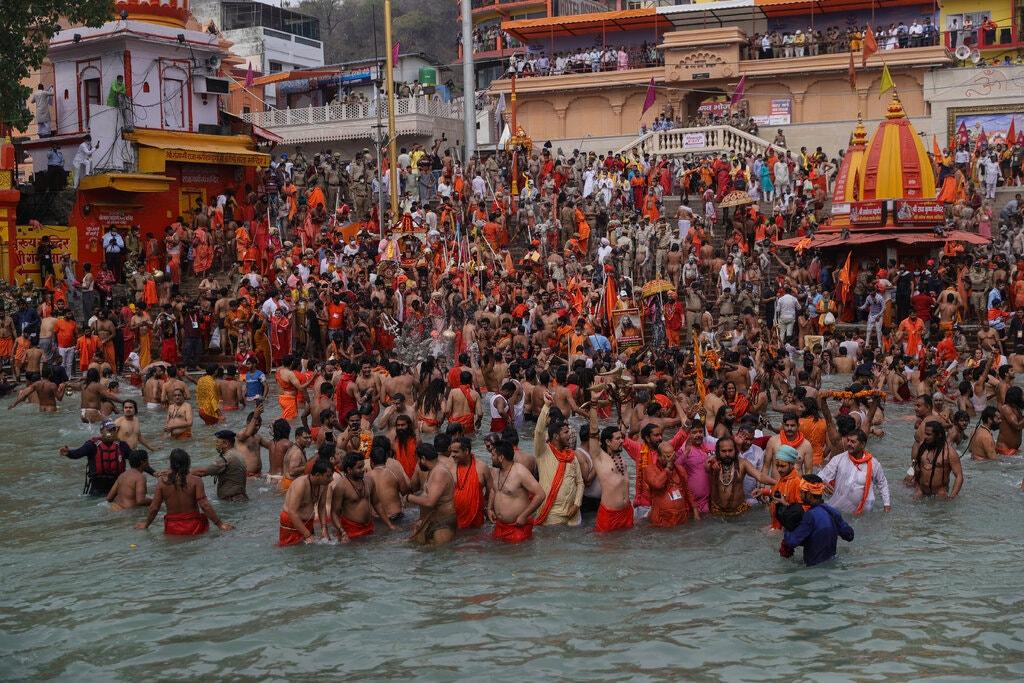 Các tín đồ Hindu tham dự lễ hội Kumbh Mela ở bang Uttarakhand vào đầu tháng 4. Ảnh:AP