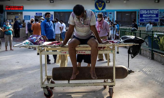 Một bệnh nhân Covid-19 chờ nhập viện tại New Delhi, Ấn Độ, hôm 23/4. Ảnh:Reuters