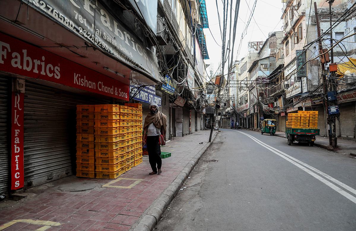 Khu chợ tại Delhi bị đóng cửa để ngăn ngừa lây nhiễm nCoV, ngày 23/4. Ảnh: Reuters