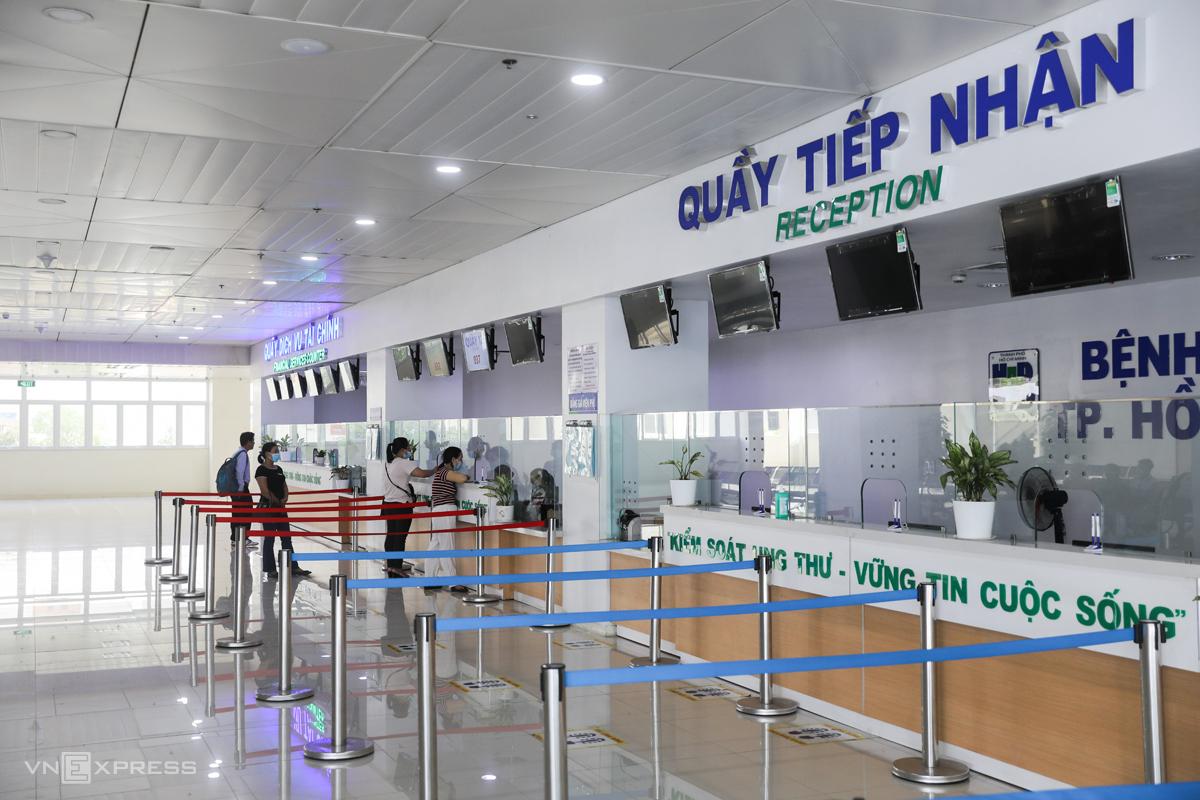 Bệnh nhân đến khám tại Bệnh viện Ung Bướu TP HCM cơ sở 2 (TP Thủ Đức), tháng 4/2021. Ảnh: Quỳnh Trần.
